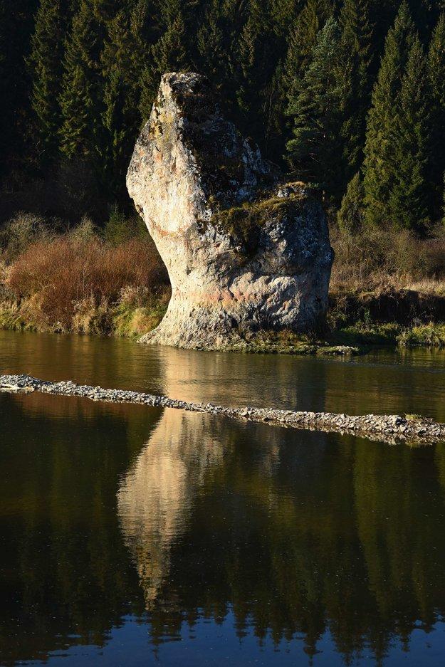 Na snímke chránený kamenný prírodný výtvor Skalná ihla, známy aj pod názvom Čertova skala.