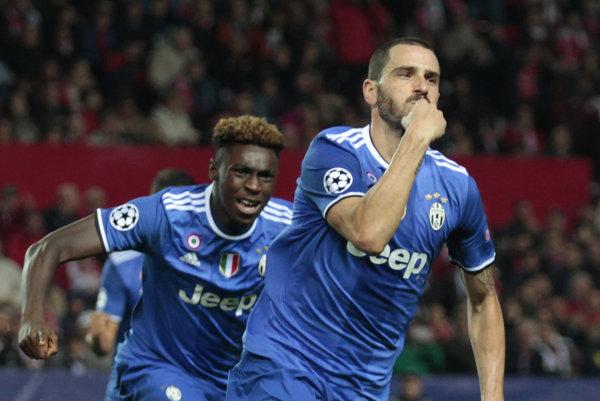 Moise Kean (v pozadí) slávi gól s Leonardom Bonuccim.