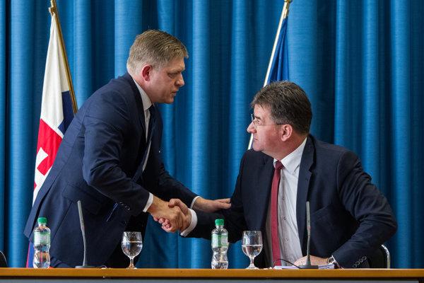 Minister zahraničných vecí Miroslav Lajčák a predseda vlády Robert Fico počas tlačovej konferencie na tému financovanie slovenského predsedníctva.