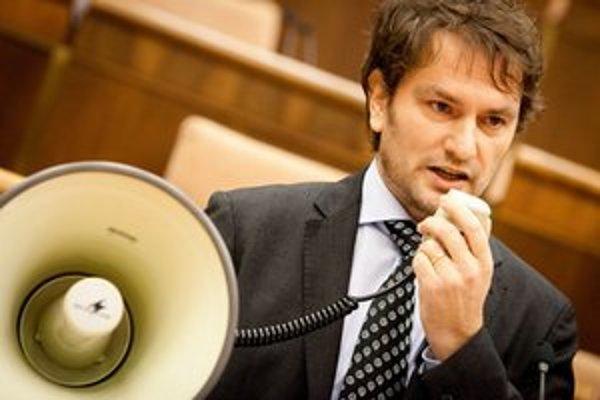 Igor Matovič vystúpil v parlamente s megafónom, pretože podľa neho opozícia nemôže byť bezzubá.