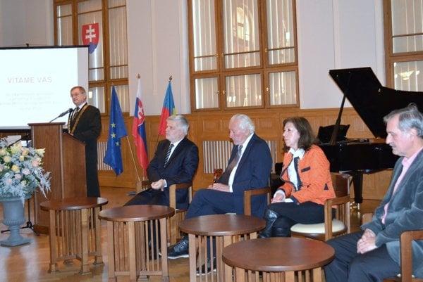 Zľava župan Milan Belica a laureáti Ceny NSK.