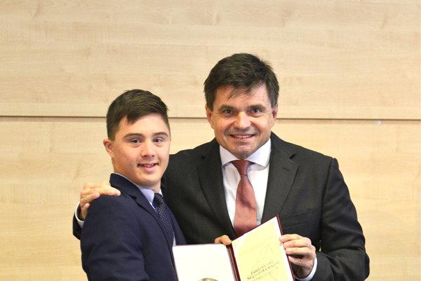 Filip Graňo pri preberaní pamätného listu od ministra.
