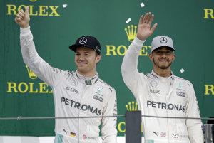 Nico Rosberg (vľavo) alebo Lewis Hamilton? Jeden z nich získa titul majstra sveta.
