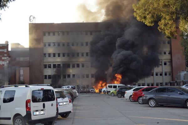 Požiarom pohltené automobily po bombovej explózii.