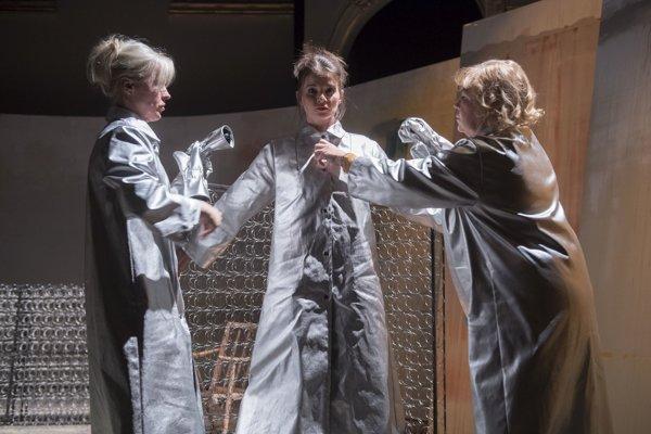 V najnovšej inscenácii košickej činohry sa Alena Ďuránová (v strede) po boku svojich kolegýň Dany Košickej a Ľuby Blaškovičovej vracia na divadelné dosky v postave pubertiačky Amber.