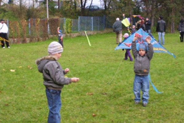 Deti sa zabávali so šarkanmi.