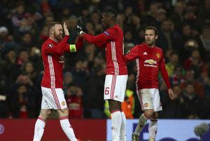 Wayne Rooney (vľavo) sa raduje zo svojho gólu so spoluhráčmi.