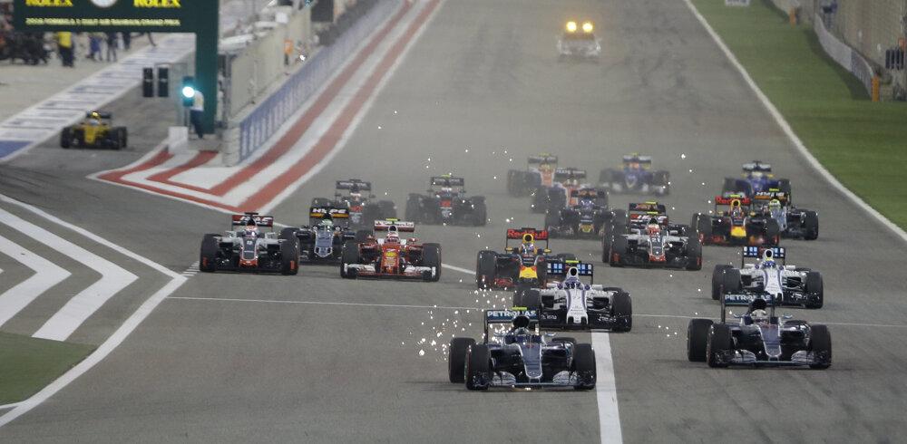 V Bahrajne opäť štartoval z pole position Lewis Hamilton, hneď po štarte ho predbehol Nico Rosberg.