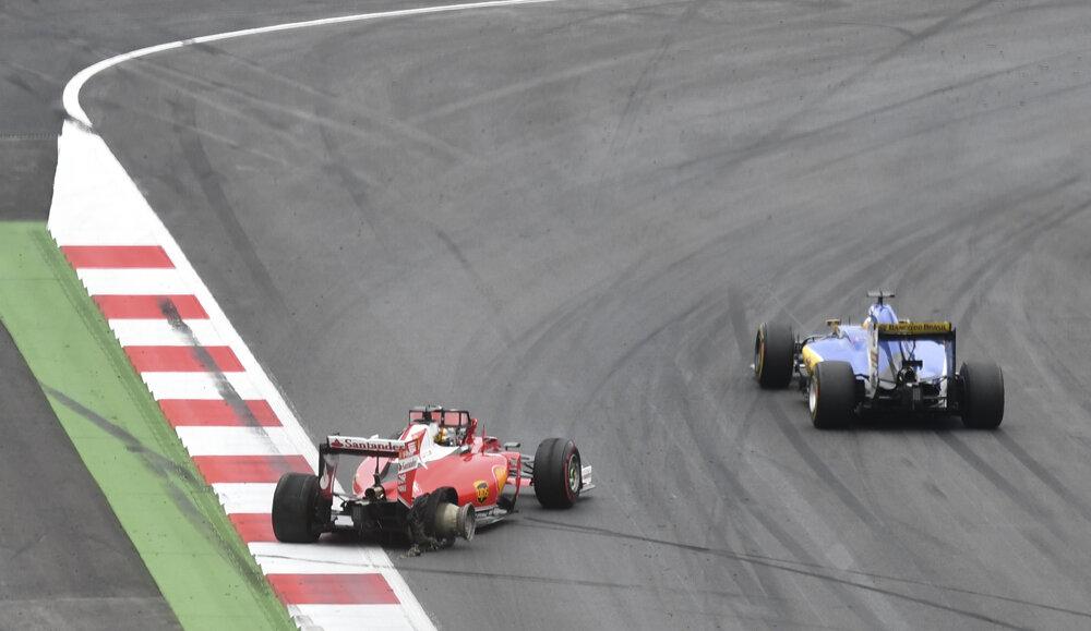 Sebastian Vettel na Ferrari vyletel z trate, obchádza ho Marcus Ericcson počas Veľkej ceny Rakúska.