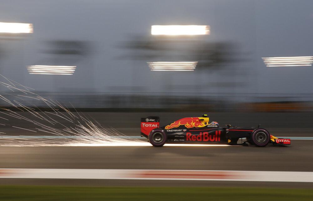 Max Verstappen počas piatkového tréningu na okruhu Yas Marina v Dubaji.