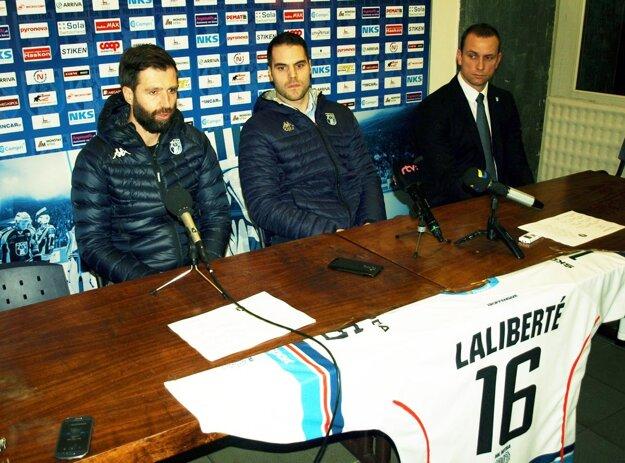 Zľava manažér HK Nitra Tomáš Chrenko, David Laliberté a riaditeľ klubu Miroslav Kováčik.