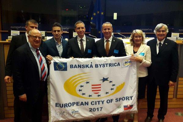 Prevzatie vlajky v Bruseli.