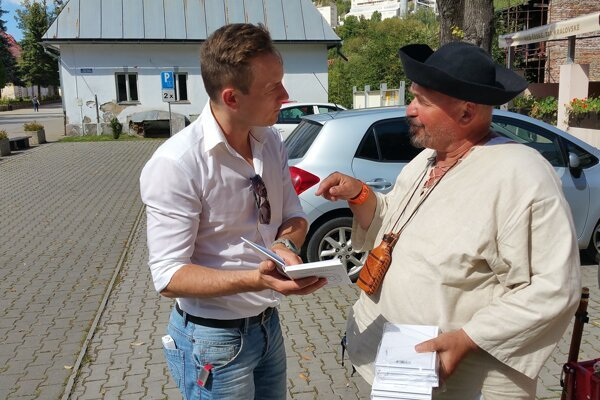 Roman Lebeda odovzdáva knihu Jánovi Cígerovi, ktorý tento rok vykonal na počesť Hrebendu 160-kilometrovú pešiu púť.