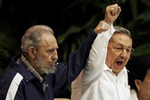 Raúl Castro (vpravo) bol v tieni svojho brata, aj keď bol prezidentom. Ako to zvládne bez neho?