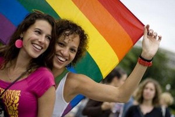 Smer v utorok nepodporil zrovnoprávnenie párov rovnakého pohlavia s manželmi.