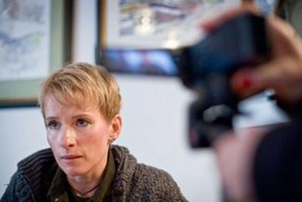 """<p>Zuzana Piussi nakrútila dokument o justícii. Sudkyňa Helena Kožíková preň <a href=""""http://www.sme.sk/c/6586348/filmarke-hrozi-vazenie-sudkyni-sa-nepacil-dokument.html"""">podala žalobu o 30–tisíc eur</a> a aj trestné oznámenie.</p>"""