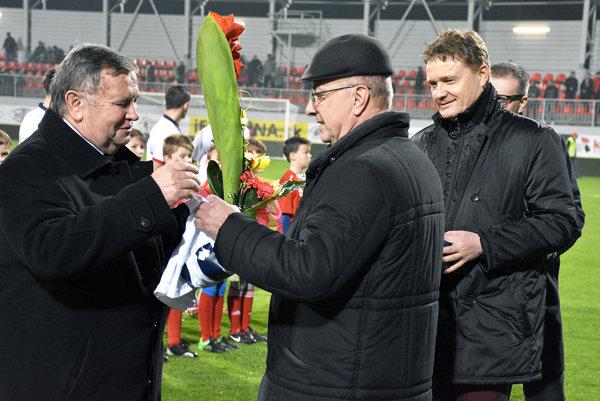 Majiteľ FC ViOn Viliam Ondrejka blahoželá prezidentovi klubu Karolovi Škulovi k životnému jubileu.