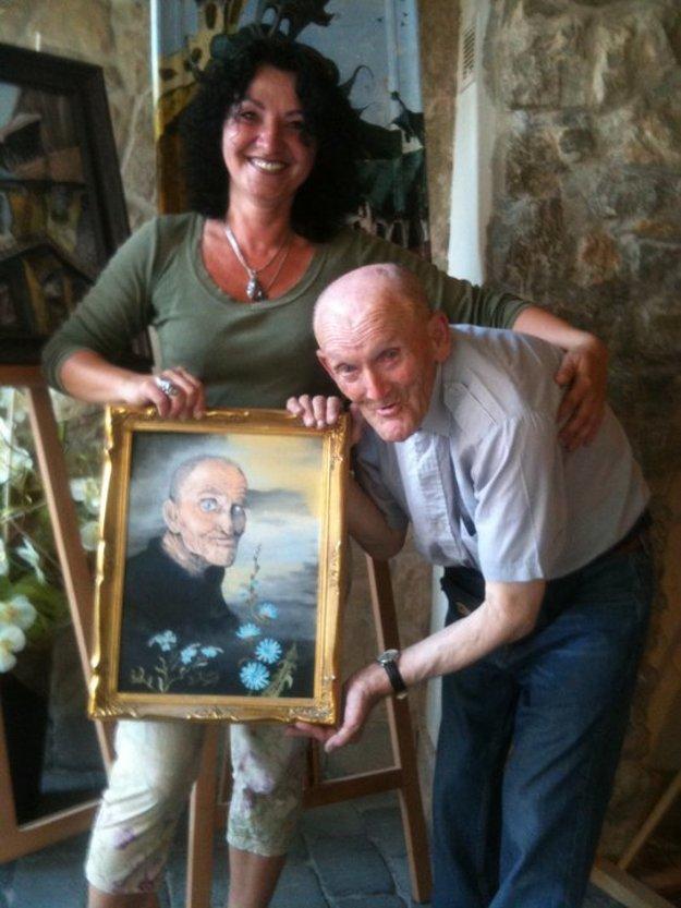 Šťastný Tibko Piecka v momente, keď dosstal od Ľubice Lintnerovej svoj portrét.