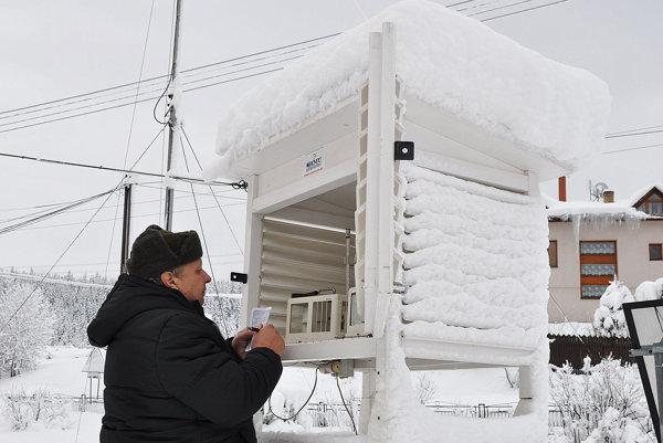 Ladislav Murín meria teplotu v Oravskej Lesnej.