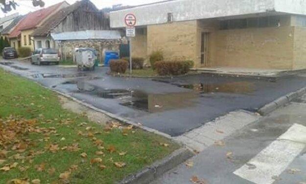 Na čerstvo opravenom chodníku stála voda.