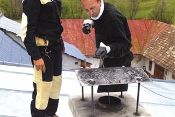 Kominár musí prísť preskúšať komín aj keď si namontujete hoci len kozubovú piecku z hobbymarketu.