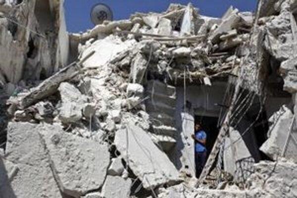 Sýrčan sa sa pozerá na trosky zrúteného domu po leteckom útoku sýrskych vládnych síl v sýrskom meste Aleppo.
