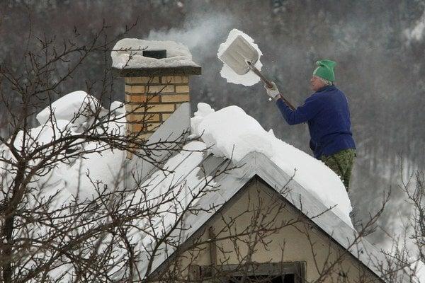 Keď napadne sneh ťažkosti s komínom už neporiešite tak ľahko.