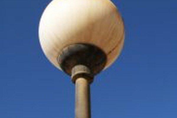 Pouličné osvetlenie je potrebné. Nevhodne umiestnené lampy však môžu ľudí aj obťažovať, keď im svietia priamo do okien.