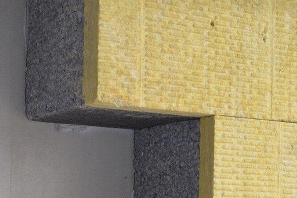 Kombinované zateplenie – sivý polystyrén s grafitovými čiastočkami a minerálna vlna. Použité na pasívnej bytovke.