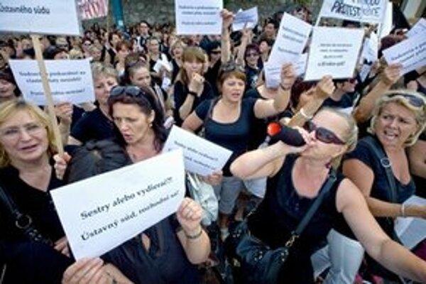 Kým pred parlamentom sestry protestovali v čiernych tričkách, na protest pred Ústavným súdom si vybrali biele.