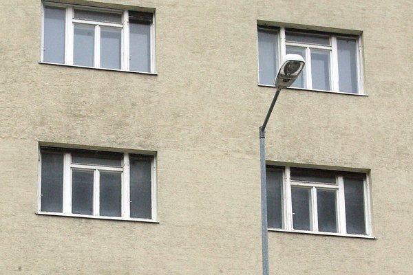 Ani nie 20-tisícový Púchov má drahšie byty, ako vyše 40-tisícová Považská Bystrica. Spôsobené je to nižšou ponukou a väčším dopytom po bytoch v Púchove.