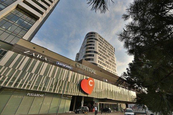 Nákupné centrum Central otvorili v októbri 2012 a pozostáva z viac ako 150 maloobchodných prevádzok s celkovou prenajímateľnou plochou 40 000 štvorcových metrov.