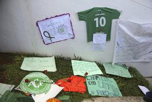 Na snímke odkazy od fanúšikov pre členov futbalového tímu Chapecoense v areáli štadióna v brazílskom Chapecu.