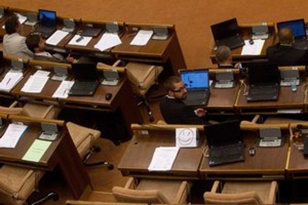 Poslanci mali dostať neprimerane výkonné prenosné počítače.