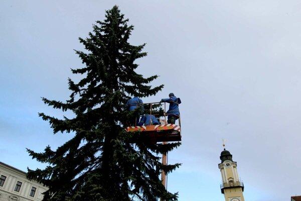 V priebehu včerajška inštalovali aj osvetlenie na vianočný stromček.