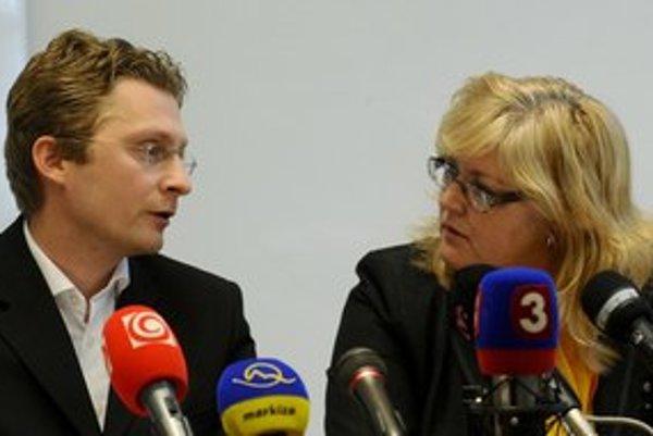 Peter Visolajský v pondelok podpisoval zmluvu so šéfkou sesterských odborov Ivetou Svetlanskou.