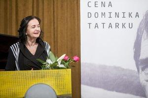 Irena Brežná si preberá Cenu Dominika Tatarku.