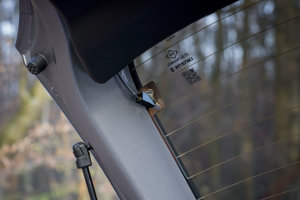 Lacným detailom je spôsob napojenie vyhrievania zadného okna.