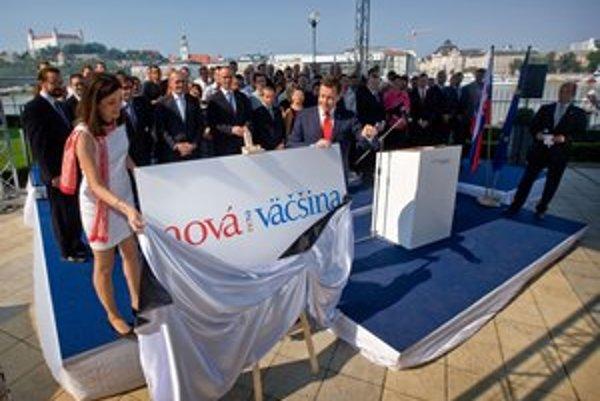 Logo odhalil Daniel Lipšic s Janou Žitňanskou, ktorá bola tiež poslankyňou KDH.