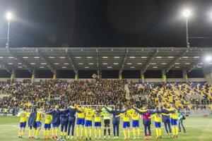 Hráči Dunajskej Stredy sa radujú so svojimi fanúšikmi.