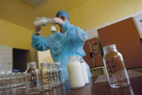 Materské mlieko skladujú v mrazničke.