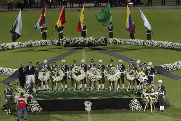 Vojaci a policajti počas spomienkového obradu na počesť hráčov brazílskemu tímu Chapecoense.