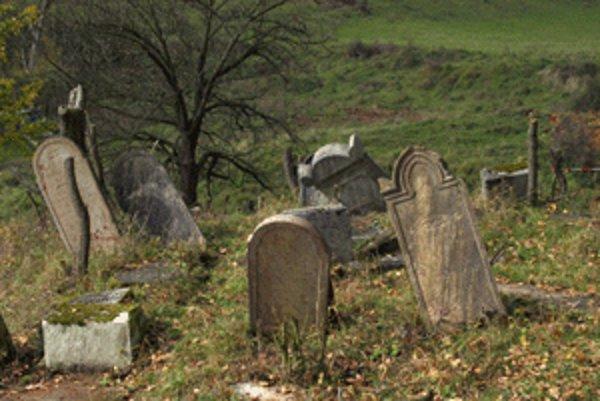 Väčšina náhrobných kameňov na židovskom cintoríne je zničených.