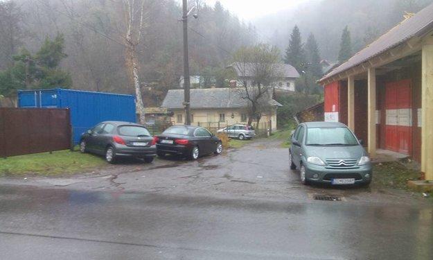 Takto to pred hasičňou vyzerá vždy, keď je v obecnom kostole omša. Auto nemôže z hasične vyjsť ani do nej zaparkovať.