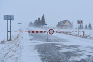 Na snímke snehom zaviata uzatvorená cesta III. triedy medzi Štrbou a Šuňavou v Štrbe.