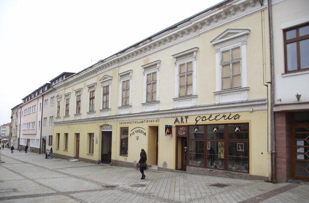 V budove sú traja podnájomníci, väčšia časť je prázdna.