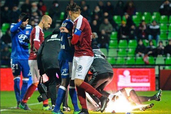 Moment, pre ktorý prerušili zápas medzi Metz a Lyonom.