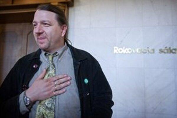 Branislav Škripek na chodbe pred rokovacou sálou Národnej rady.