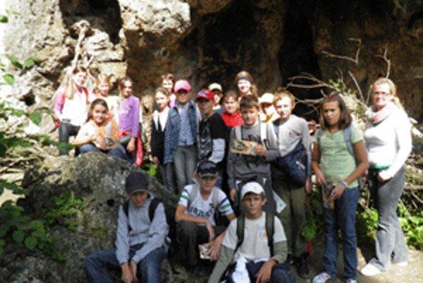 Cesta do praveku skončila spoločnou fotkou pred Prepoštskou jaskyňou.