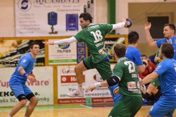Záver zápasu Nové Zámky – Považská Bystrica bol mimoriadne dramatický. Rozhodol ho napokon skúsený Gabriel Vadkerti (pri lopte). Štart zastavil víťaznú sériu Považanov.